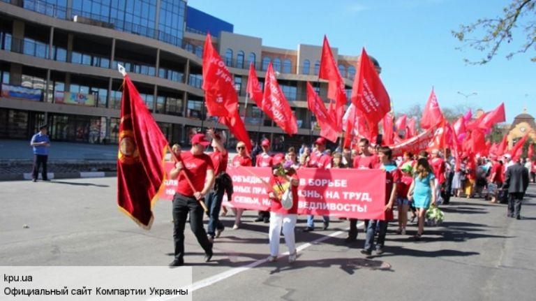 Херсонские коммунисты вышли на улицы с советскими флагами