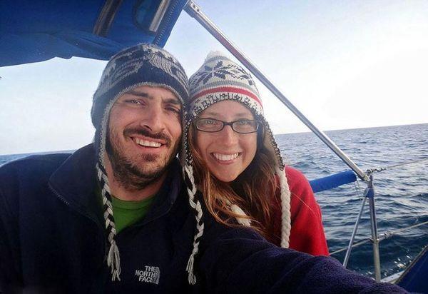 Эта пара бросила работу, продала все и теперь путешествует на яхте по всему миру со своим котом