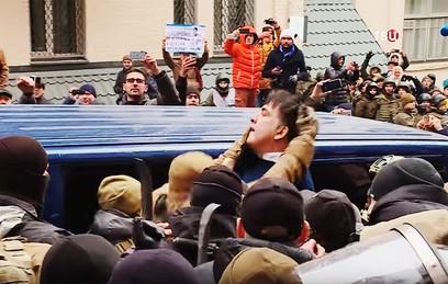 Сторонники Саакашвили освободили его из микроавтобуса СБУ