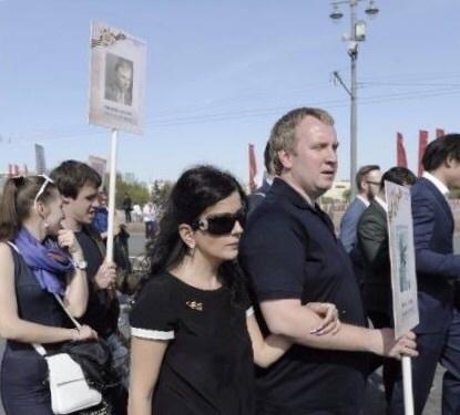 Диана Гурцкая с супругом Петром Кучеренко в составе колонны «Бессмертного полка»