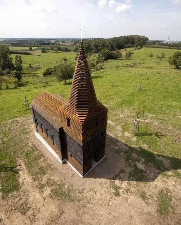 Может показаться, что это просто старая церковь, но вы посмотрите на нее с другого ракурса...