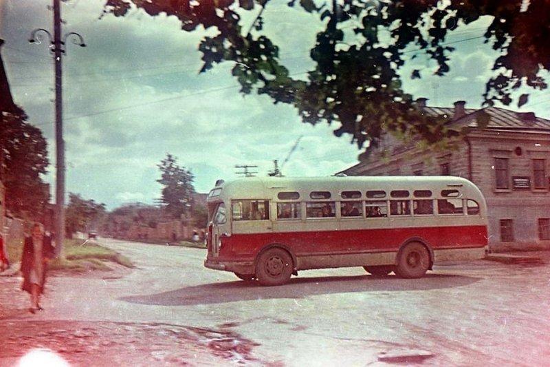Старина ЗИС-155 — везет пассажиров по небольшим улочкам города. ЛАЗ, СССР, авто, автобус, автомобили, зил, лиаз, советский автопром