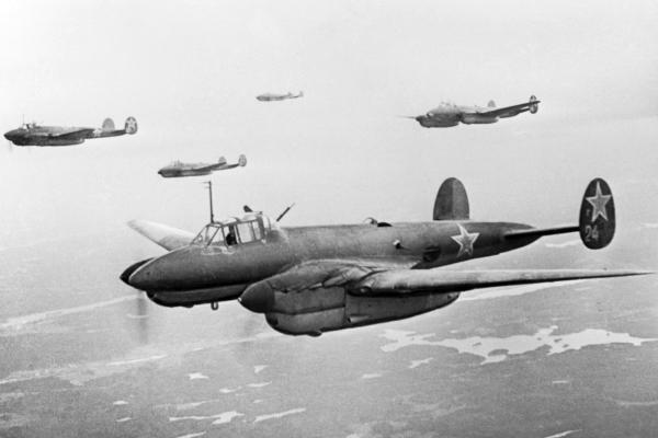 Под Ржевом подняли двигатели сбитого в 1942 году бомбардировщика Пе-2