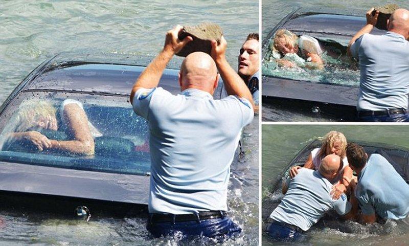 Полицейские спасли женщину из тонущего автомобиля