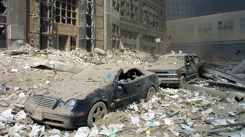 Сотни людей погибли в момент удара первого самолета. Остальные оказались запертыми на верхних этажах и умерли от огня и дыма, либо в момент обрушения здания. Около 200 человек разбились, выпрыгнув из окон