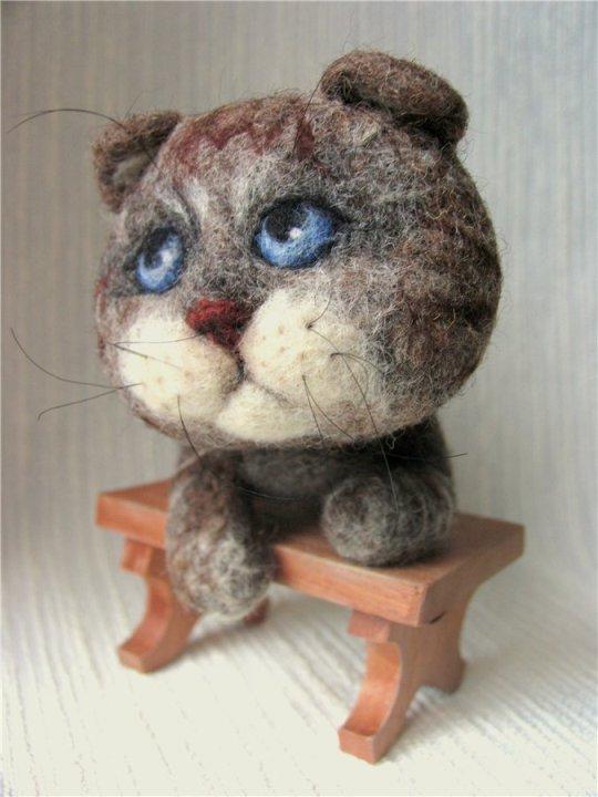 Войлочные игрушки - голубоглазый кот. Фото