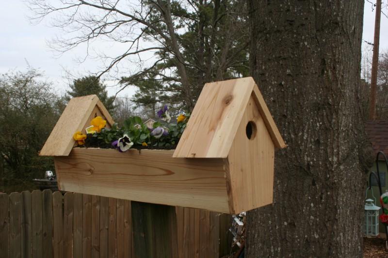 Скворечник для птиц с декоративной клумбой