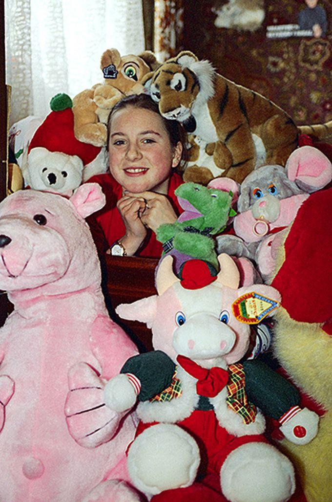 22. Ирина Слуцкая дома с любимыми игрушками. девяностые, люди, спорт