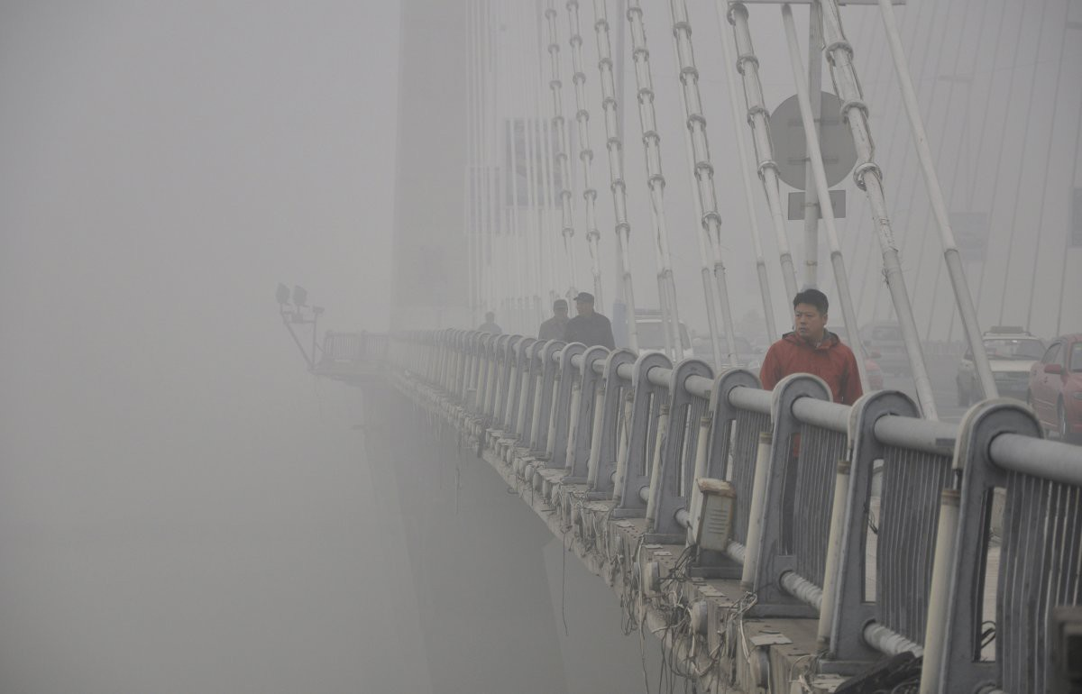 Горожане идут через мост. Видимость очень ограничена в связи с густым смогом загрезнение, китай, природа