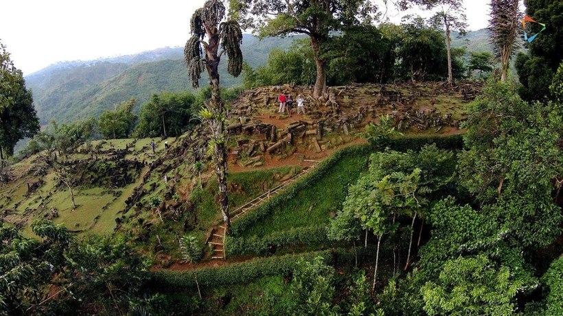 В лесах Индонезии обнаружена древняя пирамида, покрытая лесом