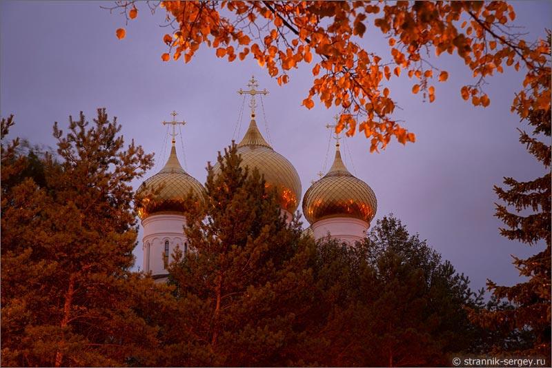 Путешествие по старому городу золотой осенью