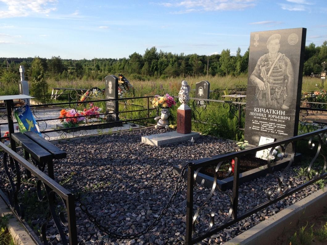 На кладбищах с тайно похороненными десантниками заметили новые могилы военных