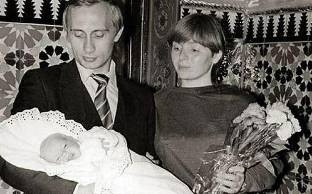 Молодые Людмила Путина и Владимир Путин с дочкой. Фото
