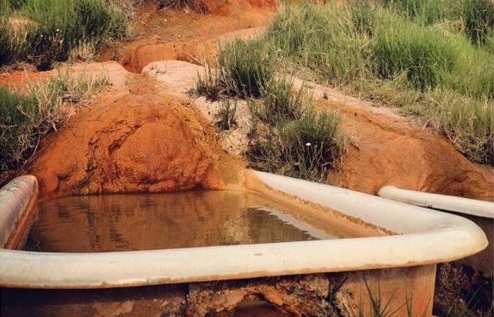 Сегодня в Mystic Hot Springs есть 8 ванн и два бассейна.