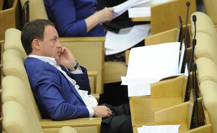 Единоросс Сидякин растоптал белую ленточку протеста на трибуне Государственной думы