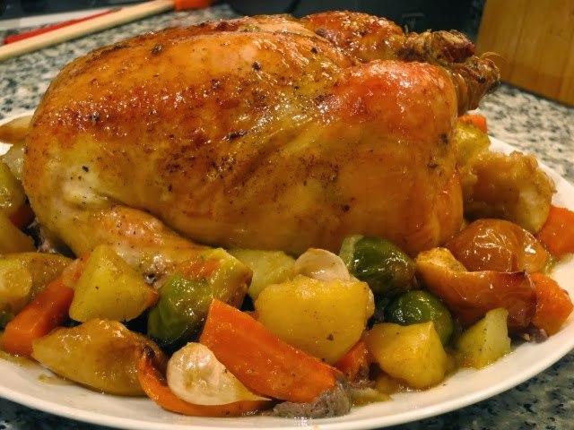 Курица «Викинг» с лимоном и розмарином, запеченная в духовке на «подушке» из овощей и фруктов