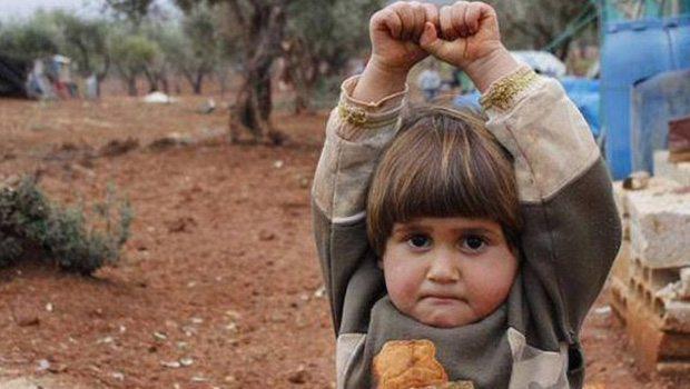 Фото 4-летней сирийской девочки, сдавшейся корреспонденту, потрясло мир