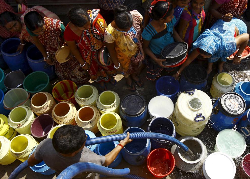 За ней – питьевой водой – тут большая очередь