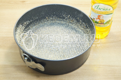 Форму смазать растительным маслом ТМ «Алейка» и присыпать панировочными сухарями.