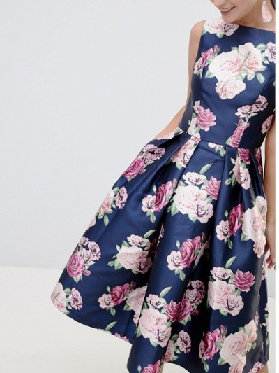 Платья-миди – идеальный наряд, который украсит любую фигуру и подойдет под разный случай