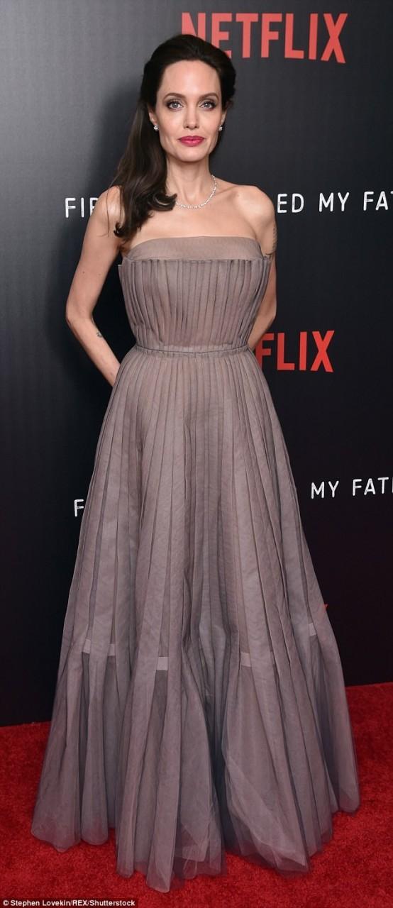Джоли в шикарном платье показала татуировки на спине: вот, что они значат — фото
