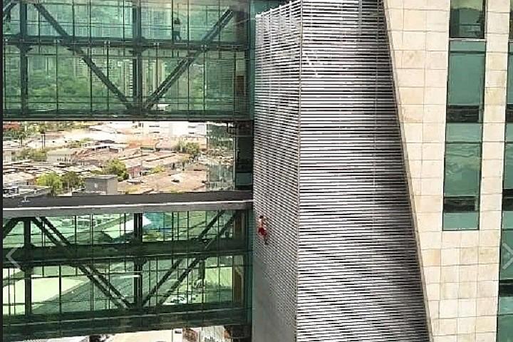 Российский руфер забрался на здание самого охраняемого банка в Колумбии за 10 минут