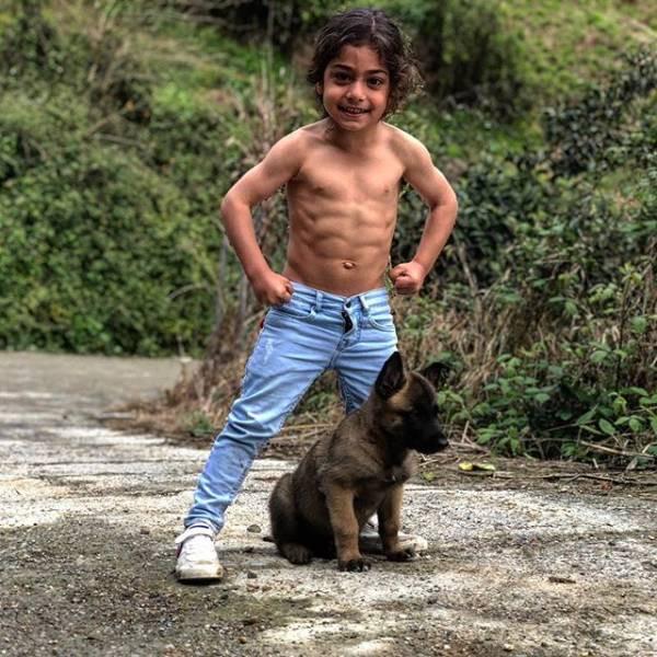 6-летний иранский мальчик стал Интернет-знаменитостью благодаря своей невероятной физической форме