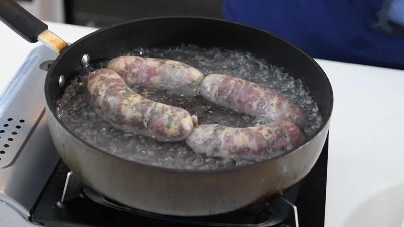 Ставим всё это дело на огонь и заливаем воды до середины колбаски. еда, своими руками, сделай сам