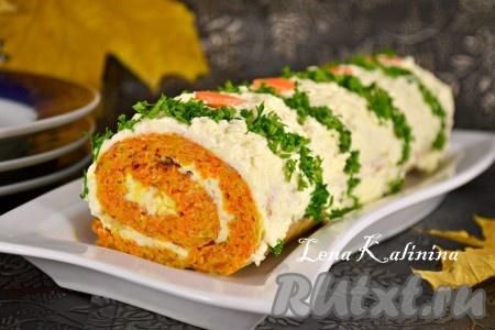 Готовый, очень необычный, красивый и вкусный овощной рулет с сыром достать из холодильника, обрезать края и выложить на блюдо. Украсить зеленью, перед подачей порезать на кусочки.