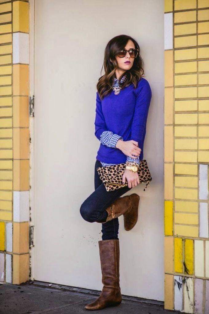 Темно-синие джинсы, голубой свитер и леопардовый клатч