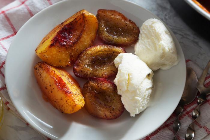 Персики и сливы запеченные в духовке