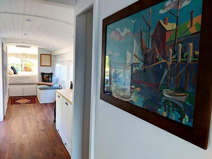 """""""Картина маслом, найденная в Goodwill, украшает коридор. Думаю, такие завершающие штрихи помогают ощущать себя именно в доме, а не автобусе"""" автобус, дизайн, дом, идея, проект, сделай сам, фото"""