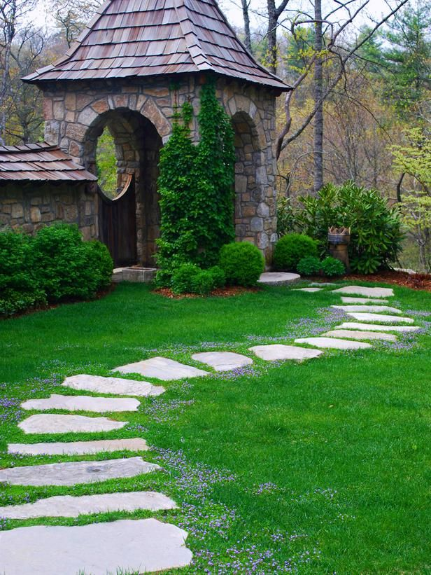 Садовая дорожка из плитняка идущая через газон