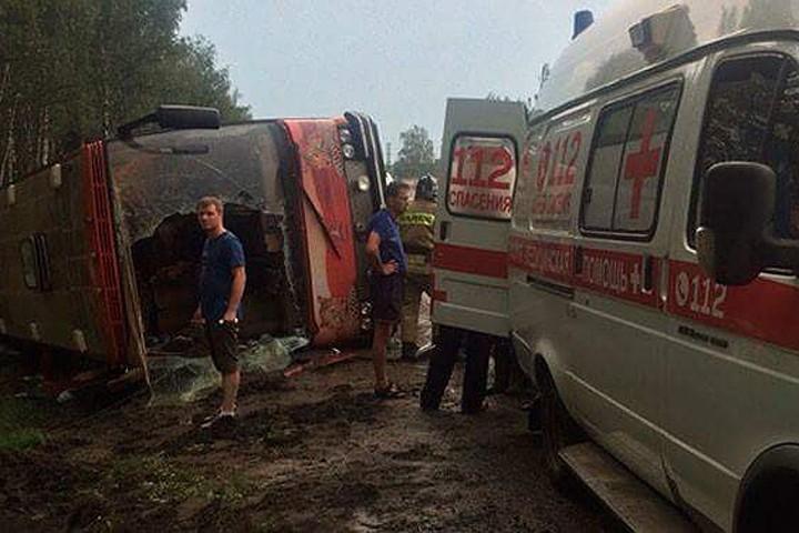 «Люди выбирались через разбитые окна»: в Подмосковье перевернулся автобус с 27 пассажирами