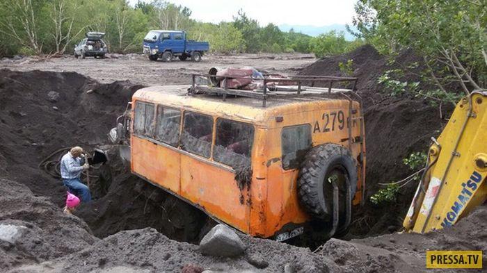 Два дня откапывали грузовик, утонувший в грязи на Камчатке