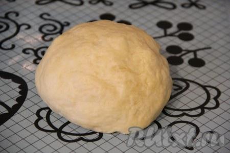Влить масляную смесь в муку и замесить тесто. Тесто получится гладкое, мягкое и не липнущее к рукам. По консистенции, как пластилин, очень приятное в работе.