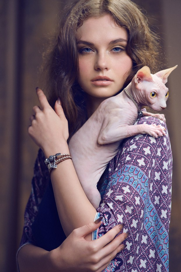 Девушки и кошки в Harper's Bazaar Indonesia