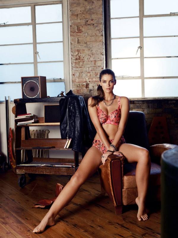 Южно-африканская модель разделась и показала, как хороший аппетит красит женщину