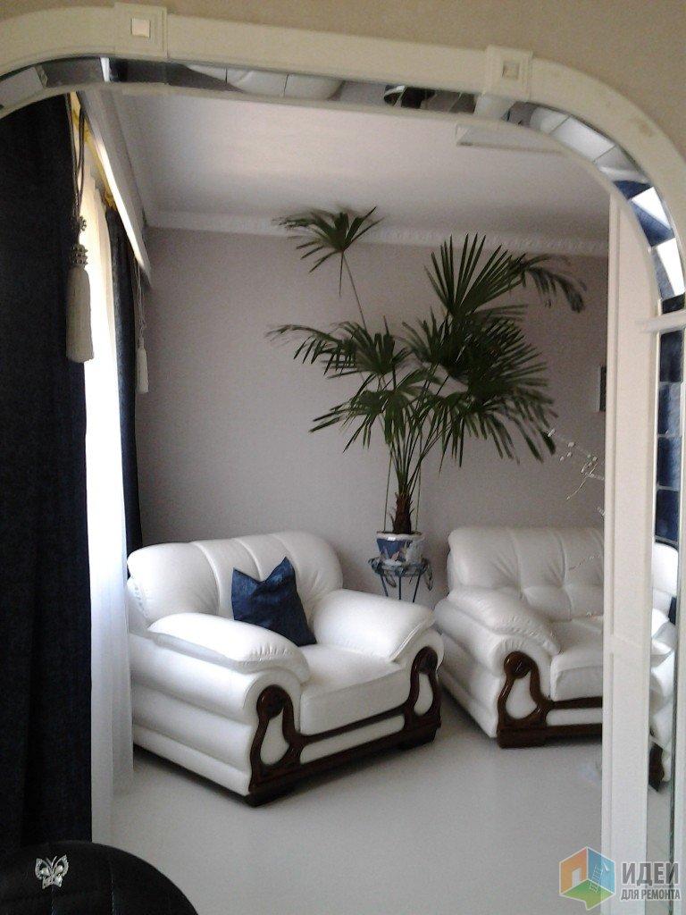 Вид из кухни в гостиную, белые кресла в гостиной