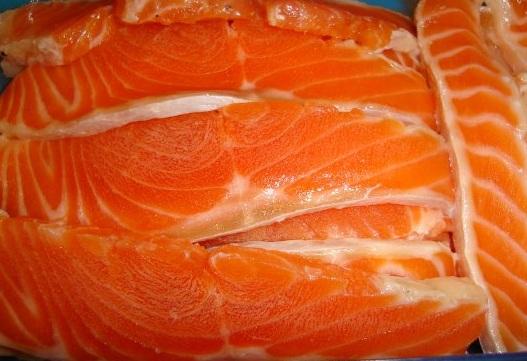 Красная рыба засоленная в морозилке