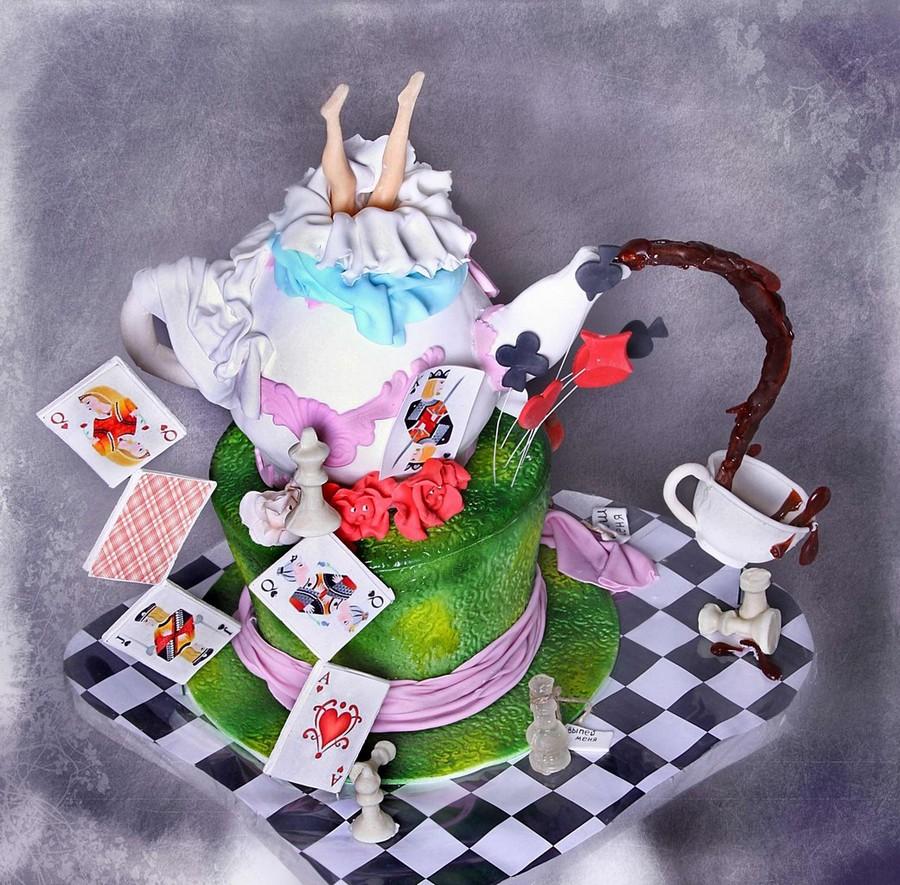 Почему тортики и капкейки «Алиса в стране чудес» пользуются спросом