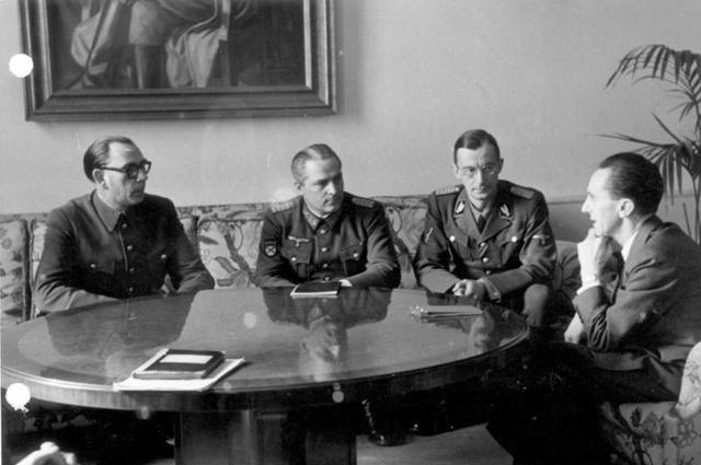Генералы Власов и Жиленков на встрече у Геббельса, февраль 1945 год.