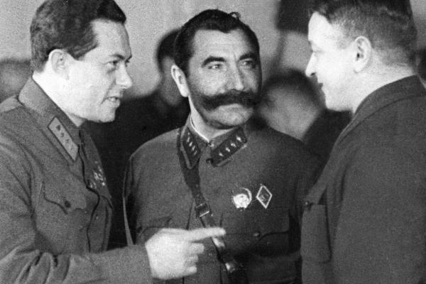 Советские военные деятели (слева - направо): Иона Якир, Семен Буденный и Михаил Тухачевский. 1935 г.  Фото: РИА Новости ria.ru