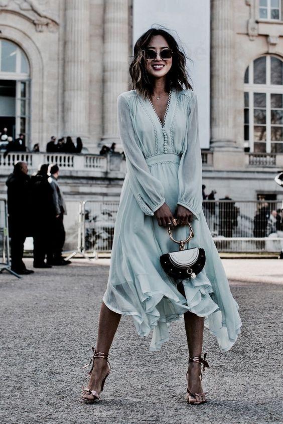 Девушка в голубом платье с воланами