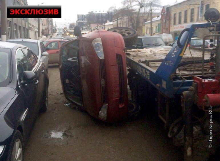 На троллейбусе Елена отправилась забирать свой автомобиль, но на улице Ленина попала в пробку. jaguar, kalina, лада, эвакуатор