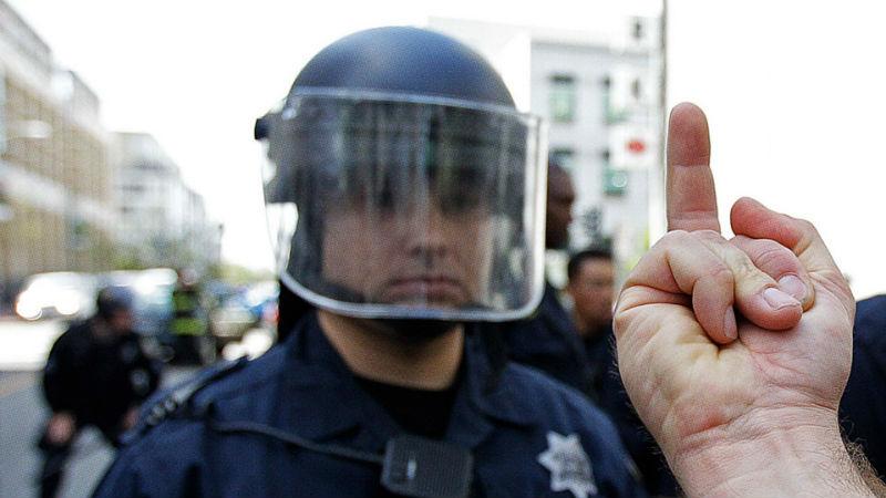Законом не запрещено: в США можно показывать полицейским средний палец, но лучше не надо