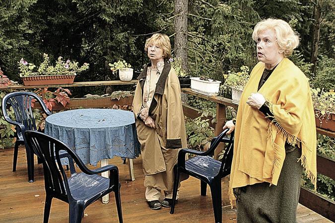 Звезды на даче: Лия Ахеджакова ждет, когда зацветет сакура, а Елена Проклова ест даже сорняки
