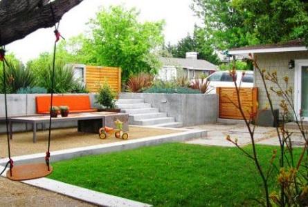 Красивый двор частного дома с газоном