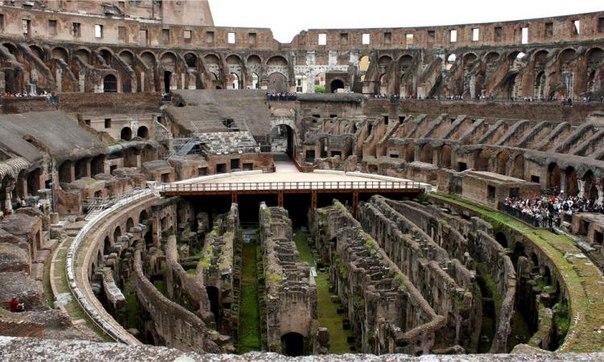 В Италии американские туристки нацарапали свои имена на стенах Колизея