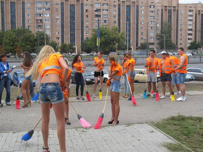 Обычный субботник в Харькове  девчонки, субботник, украина